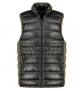 A Replika Jeans bélelt mellény magasan záródó nyaka megóvja viselőjét a kellemetlen hideg, szeles időjárástól.